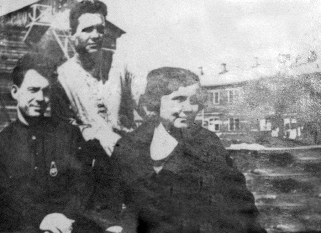 Фото 1. Энтузиасты нового времени. Слева учитель Поляков. Фото из музея школы № 5.