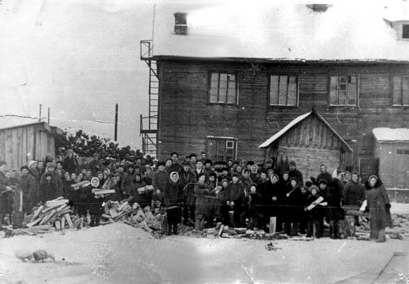 Фото 8. Дровяной склад и школа в Центральном посёлке. Фото музея 5-й школы