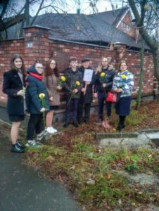 На фото В.В. Чигарёв с группой школьников у мемориальной доски генералу Дьяконову