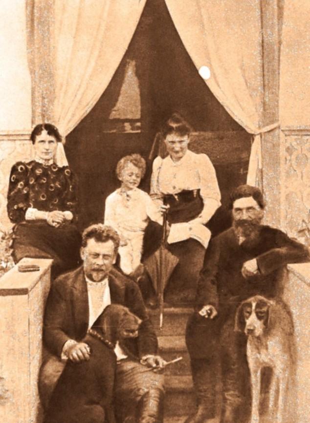 Рис. 5 А.П. Ленский в кругу семьи на даче.