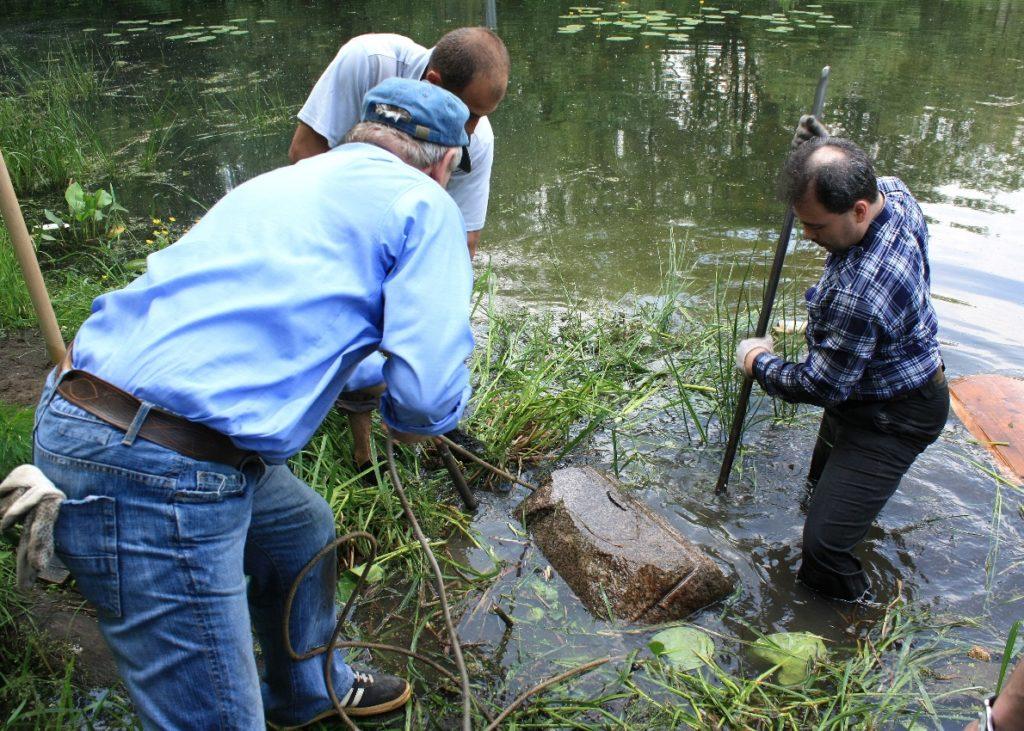 Сергей Самохвалов поднимает из реки Химки старинный камень