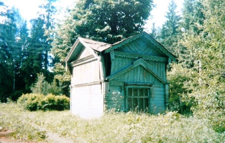 Рис. 6 Эта несохранившаяся деревянная постройкакогда-то стояла на углу хозяйского дома. Фото А. Грачёва.