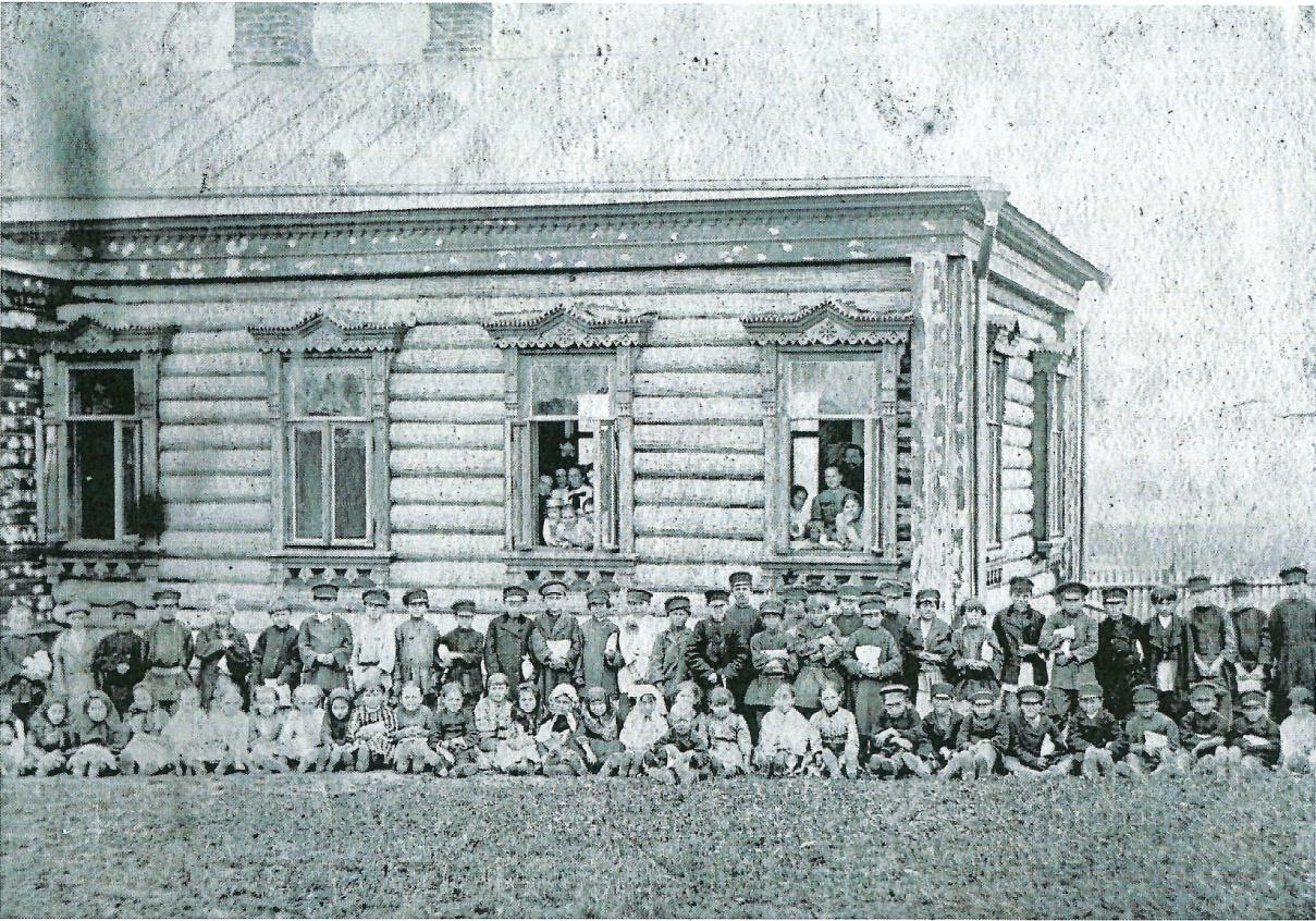 Рис. 7 1889-1890 годы. Приходская школа в д.Свистуха.Фото из архива потомков К.В. Осипова.