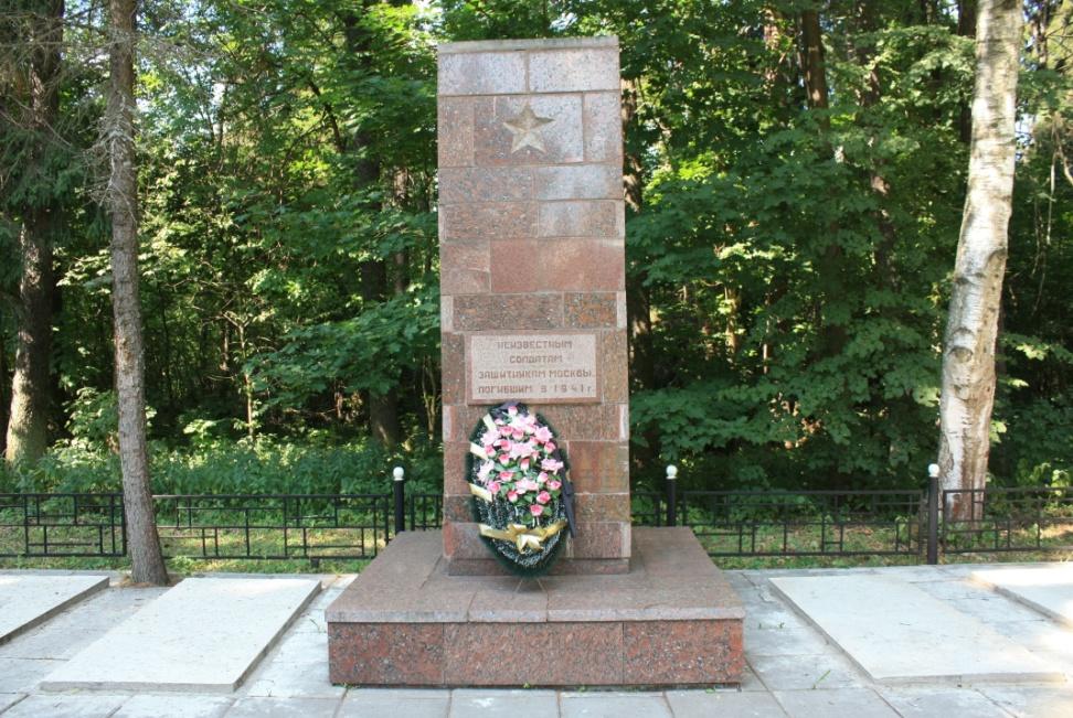 Рис. 10 Памятник возле больницы. Фото А. Грачёва.