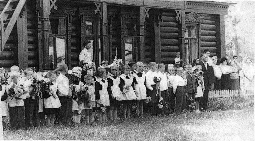 Рис. 14 1 сентября. Дети на фоне Клязьминской школы. Справа Иванов В.Т. Фото из архива Н.В. Мочаловой.
