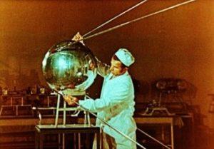Рис. 4 Сборка первого искусственного спутника Земли, запущен 4 октября 1957 года. Фото ТАСС.