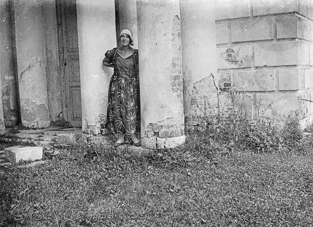 1925 год. «У колонн забытой колокольни села Ивакино». Фото В.В.Кузнецова-старшего.