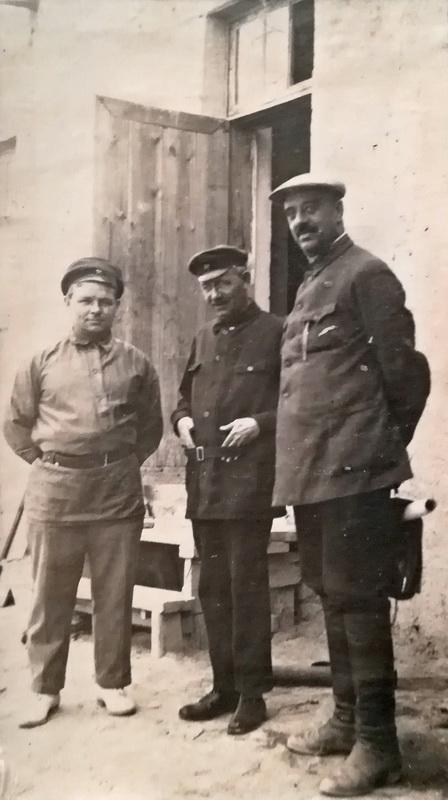 А.В.Будасси крайний справа. Из архива потомков Будасси.