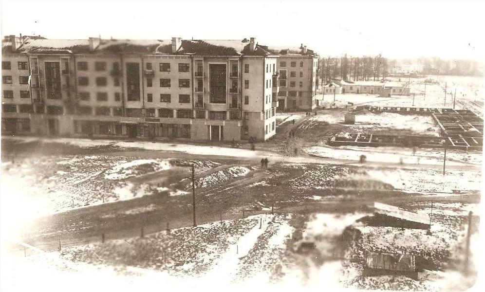 Рис. 1 Дома №2а, №2б и фундамент пятиэтажного дома в пос. Чкаловский.Фото В.П. Кудрявцева.