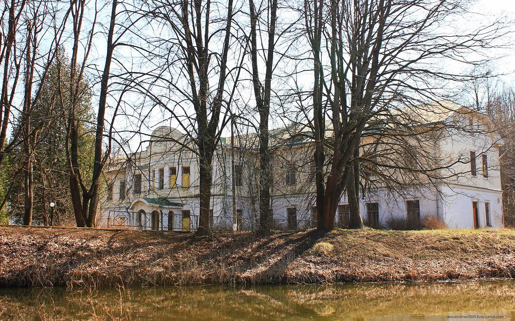 Рис. 1 Здание на берегу реки Сходни.
