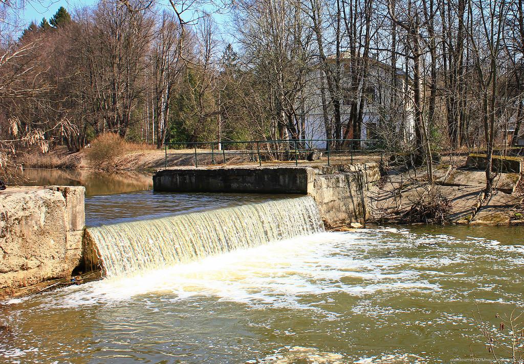 Рис. 2 Плотина на реке Сходне.