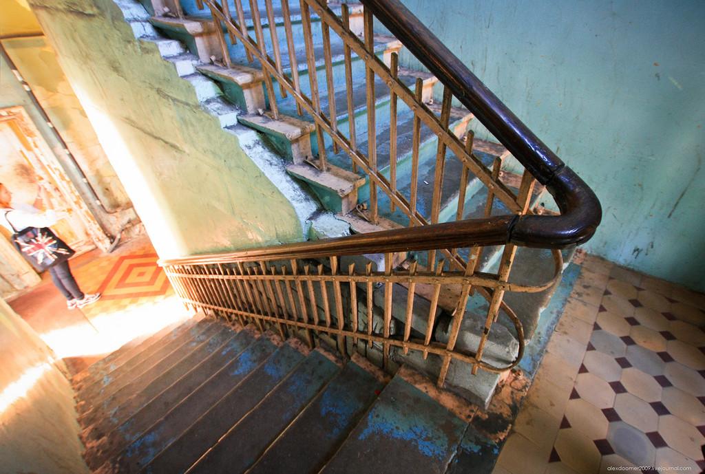 Рис. 4 Лестница в здании.