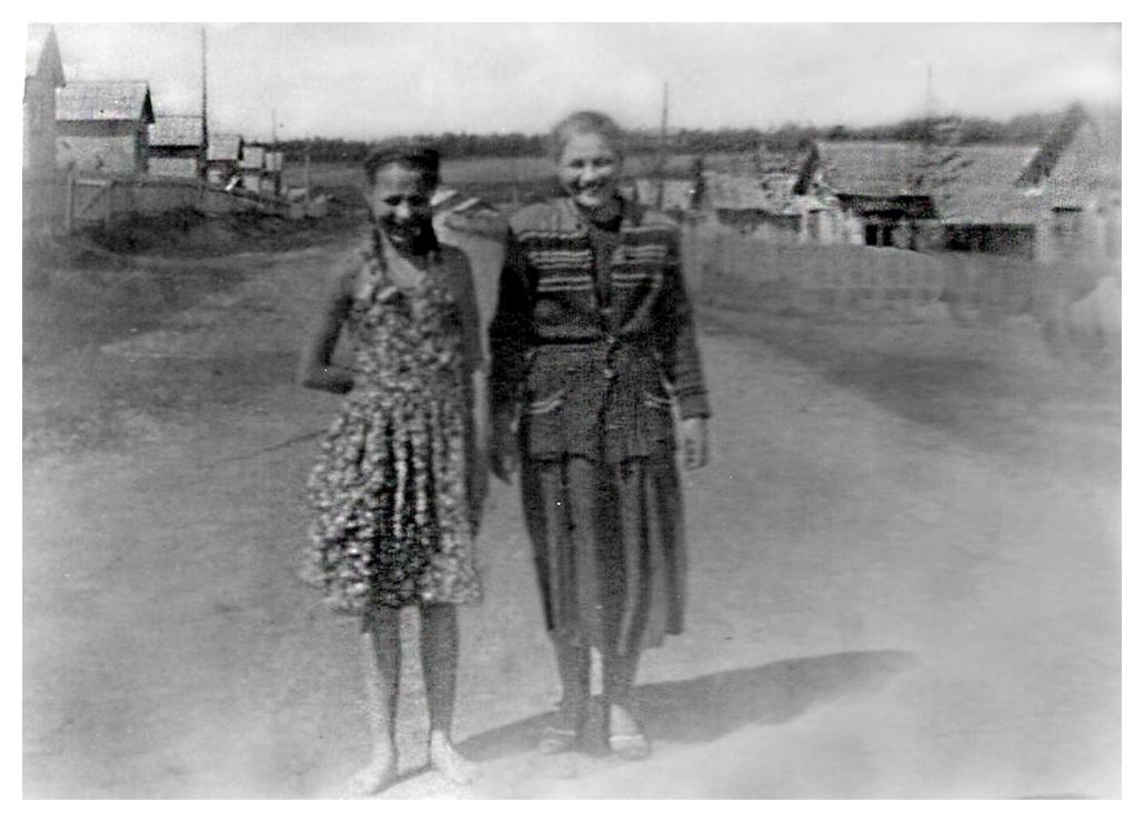 Рис.1 Вид на улицу Мичурина. Речка Химка справа за домами. Фото из архива Л.Плиско.