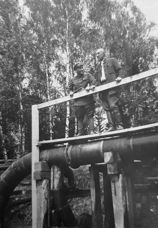 Г.Д.Афанасьев и А.В.Будасси около установки гидросмыва в Ивакино. Аз архива потомков Г.Д.Афанасьева.