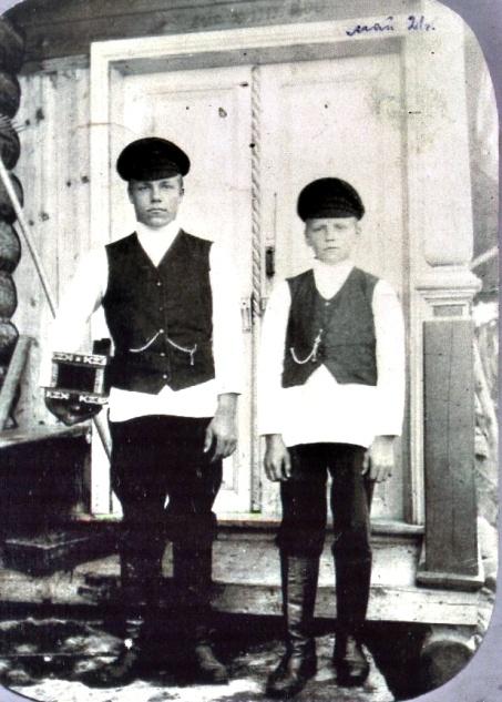 Рис. 1 Ваня с братом, д. Коростелёво, 1921 год.