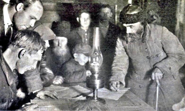 Рис.2 Регистрация на собрании бедноты, д. Горетовка, Ульяновская волость, 1925 - 1926 годы.