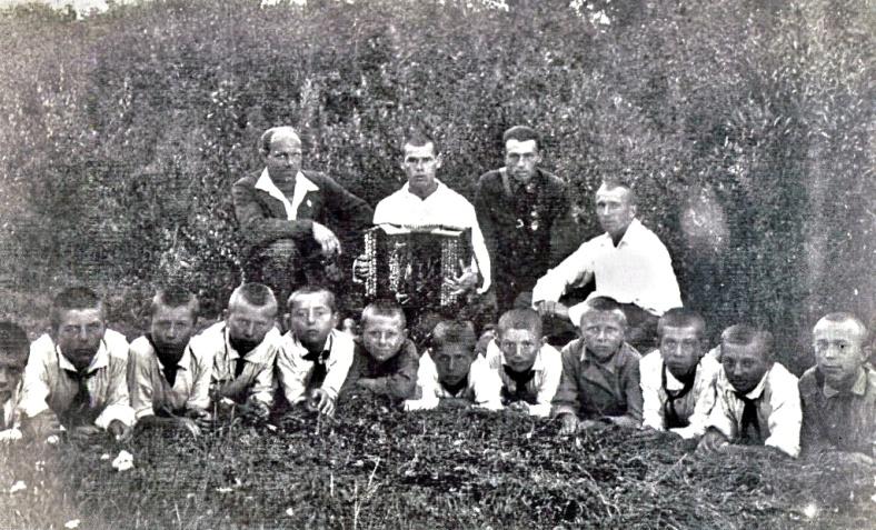 Рис. 5 Пионерлагерь завода №84 им. Чкалова, деревня Вашутино, 1935 год. Совет дружины и звеньевые.