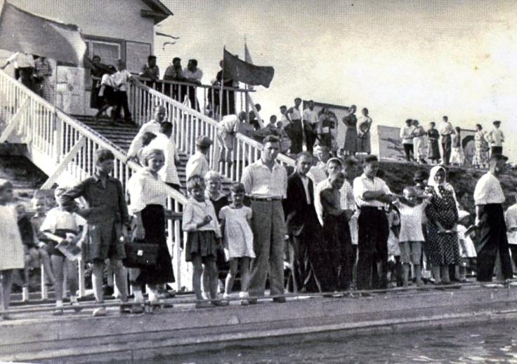 Рис. 10 Открытие водной станции, Химки, лето 1939 год. Нечаев спускается по лестнице.