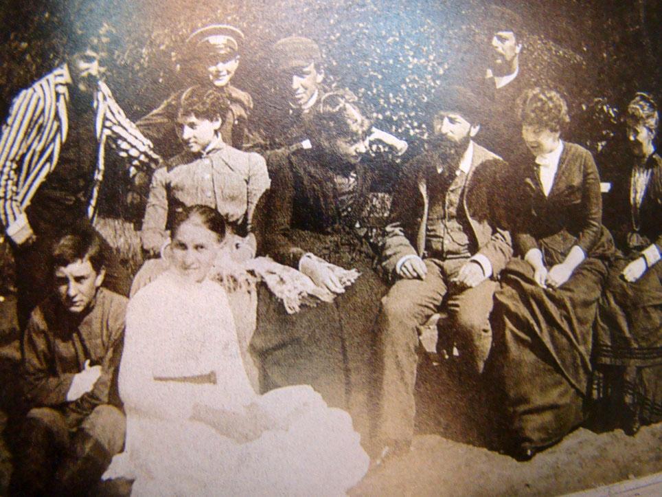 В Абрамцеве. Ольга (в белом платье), Мария (за ней), Софья (вторая справа). Слева вверху В.Серов, рядом с ним сыновья Саввы Ивановича. © Музей-заповедник Абрамцево.