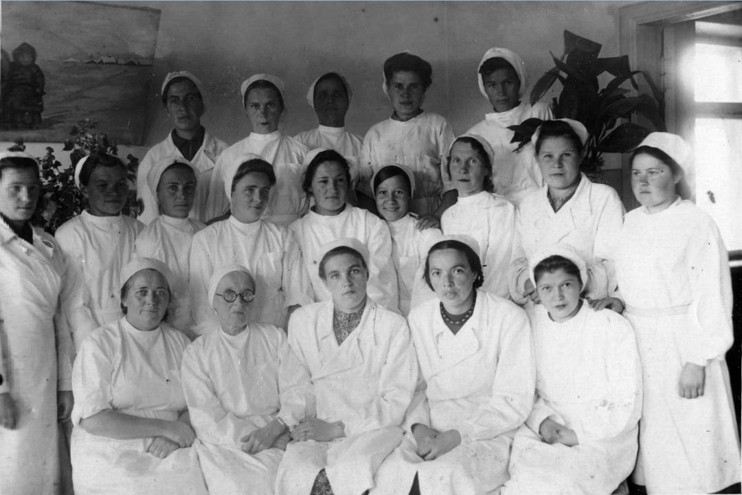 Фото 2. Июнь 1943 год. Коллектив яслей: заведующая, врач,медсестра, педагоги‑воспитатели, нянечки, повара, техперсонал