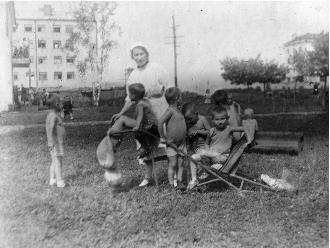Фото 3. Июнь 1943год. Дети на прогулке