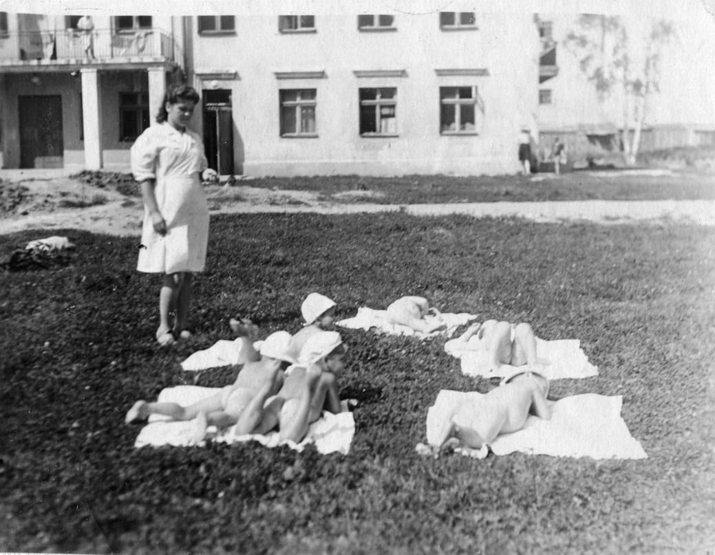 Фото 4. Июнь 1943год. Дети принимают солнечные ванны
