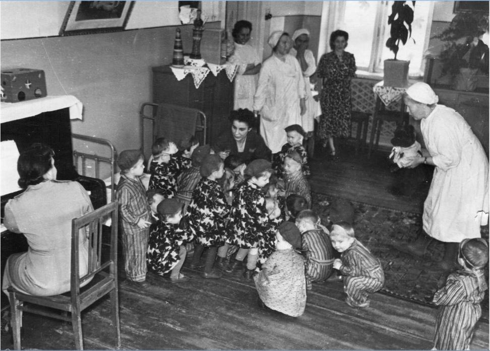 Фото 5. Зима 1943-1944 годов. Музыкальное занятие