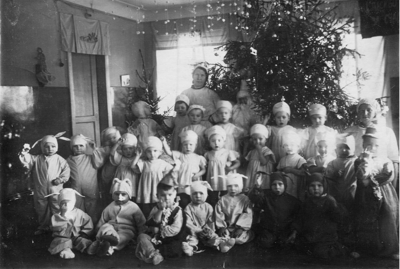 Фото 6. Зима 1943-1944 годов. Новогодняя елка