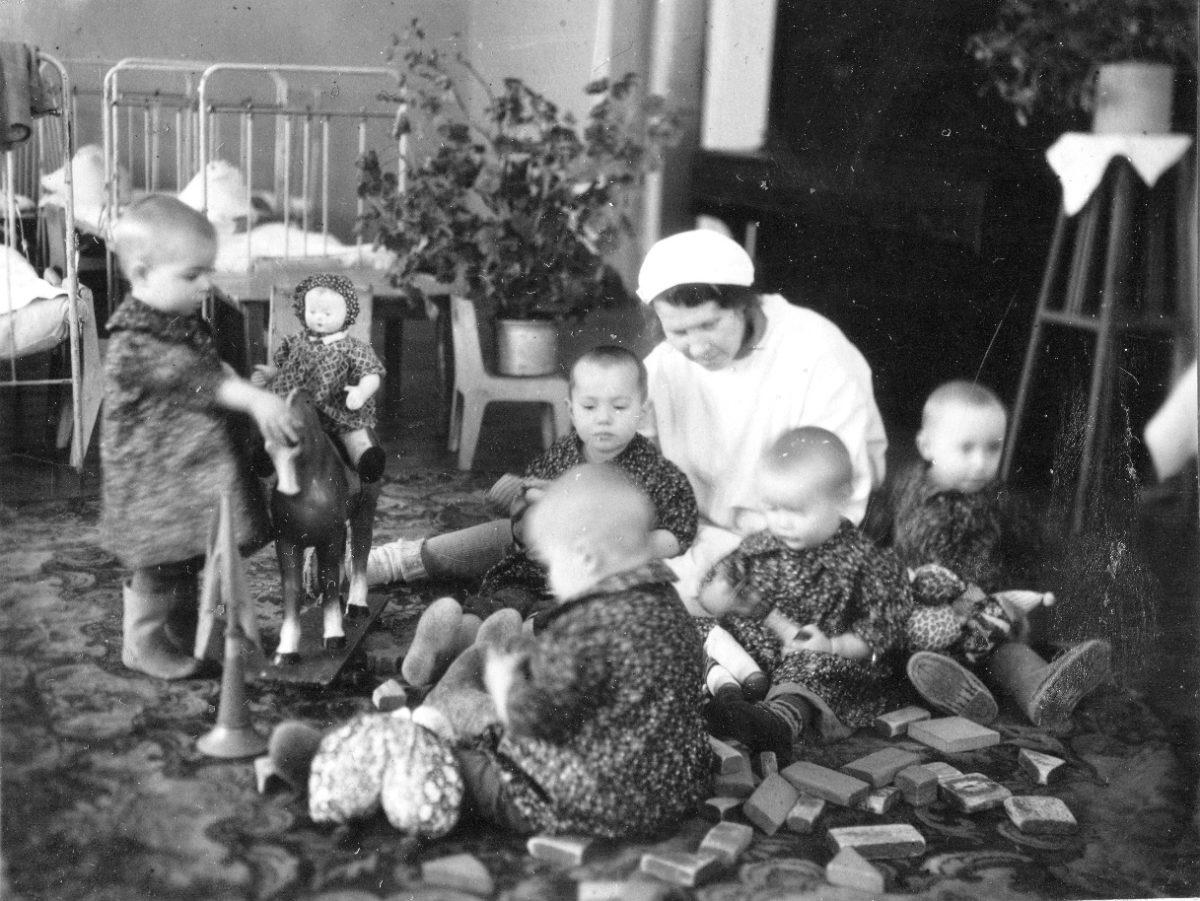 Фото 7. Зима 1943-1944 годов. Занятие с детьми