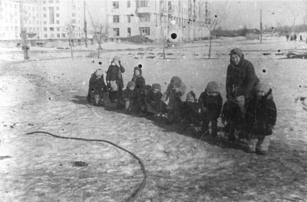 Фото 8. Зима 1943-1944 годов. Дети на прогулке.На заднем плане видны дома 2-А и 2-Б