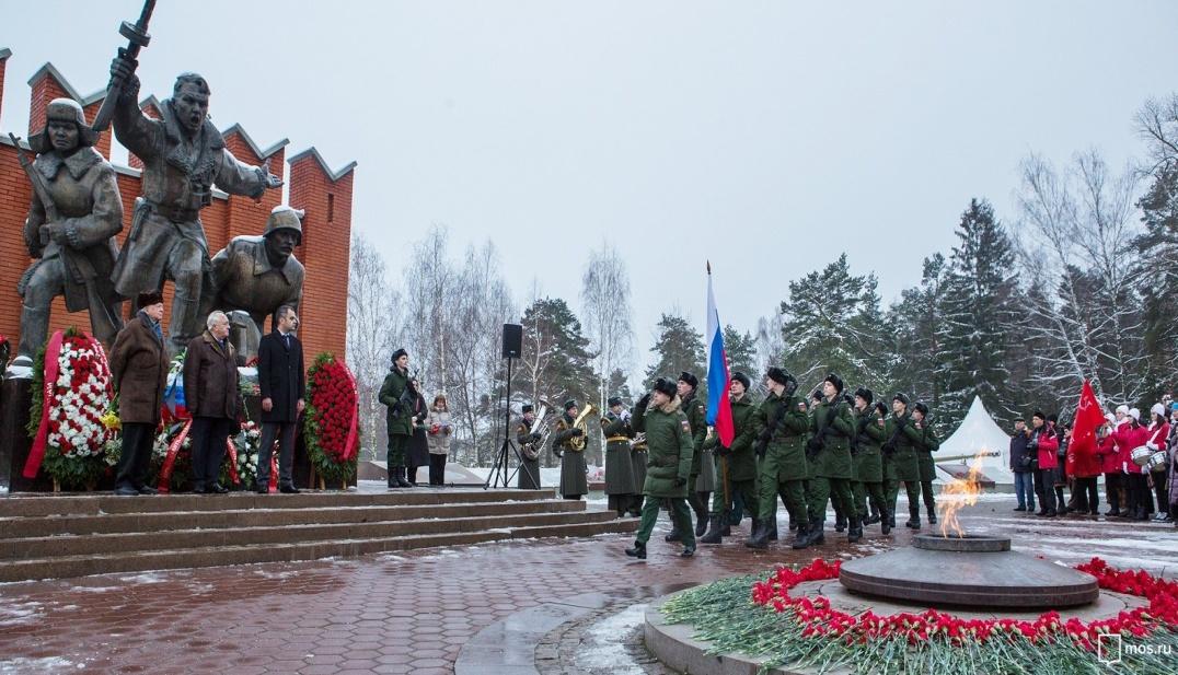 Почести воинам-сибирякам у памятника на Волоколамском шоссе