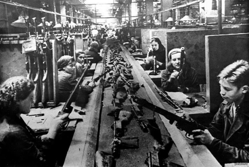 Женщины и дети на военном производстве
