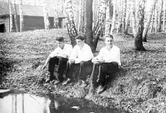 А эти химкинские ребята записались в партизаны (первый слева Н. Кривобоков)
