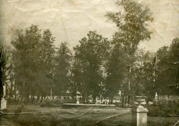 Рис. 5 Парк рядом с клубом им. Чкалова. Вид от Храма.Фото из архива семьи Лытовых-Кирьяновых.