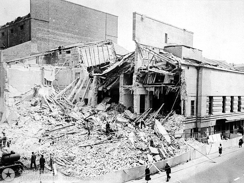 Театр им. Вахтангова после бомбежки июль 1941г. В эти же дни бомбы падали и недалеко от нашей квартиры (во 2-ом Неопалимовском переулке).