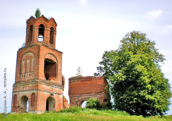 Руины Никольской церкви в урочище Лихачёво, 11 июня 2007 г. Фото с сайта temples.ru, автор А.А. Шумин.