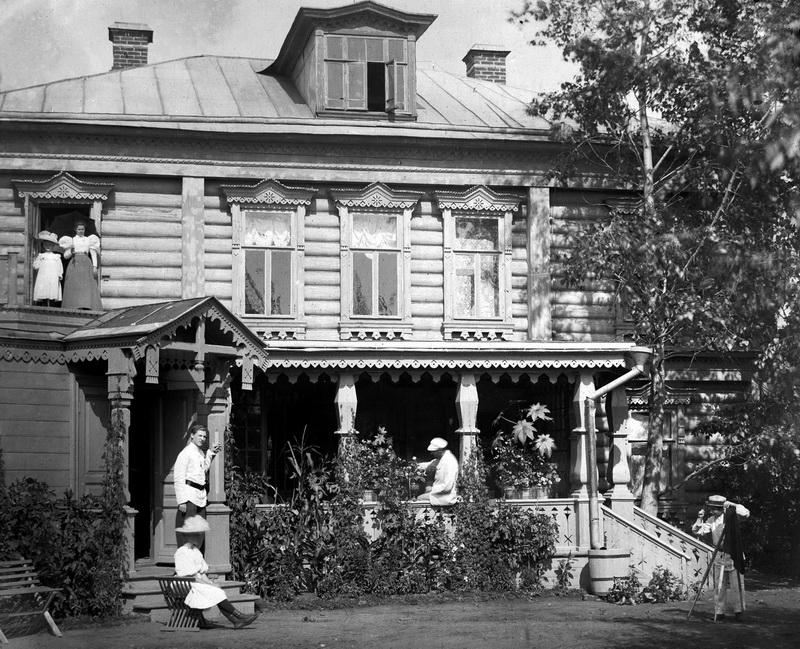 Рис. 10. Вид на южную, парадную часть усадебного дома. Архив потомков К. В. Осипова.
