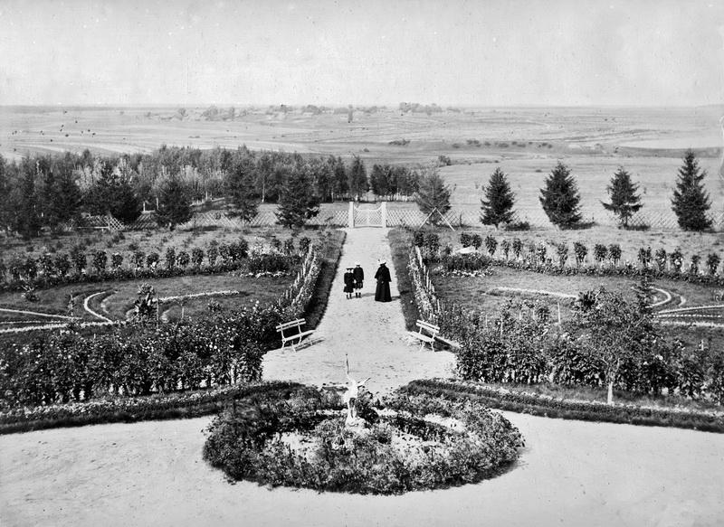 Рис. 4. Вид из усадебного дома на север. Архив потомков К. В. Осипова.
