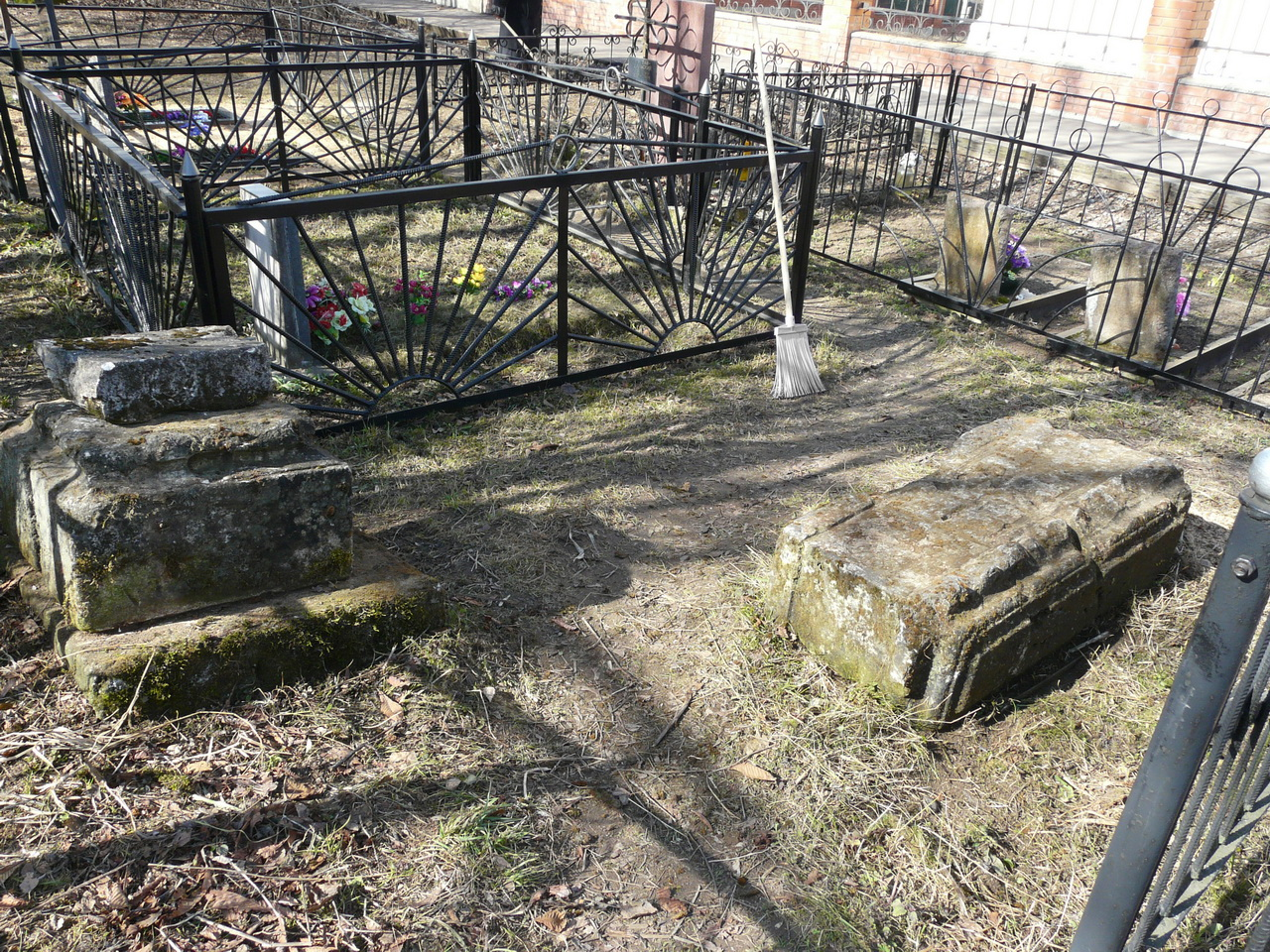 25 апреля 2011 года. Слева неизвестный старинный памятник на трахонеевском кладбище. Справа - ещё более старинное надгробие. Фото Д.Ю. Кувыркова.