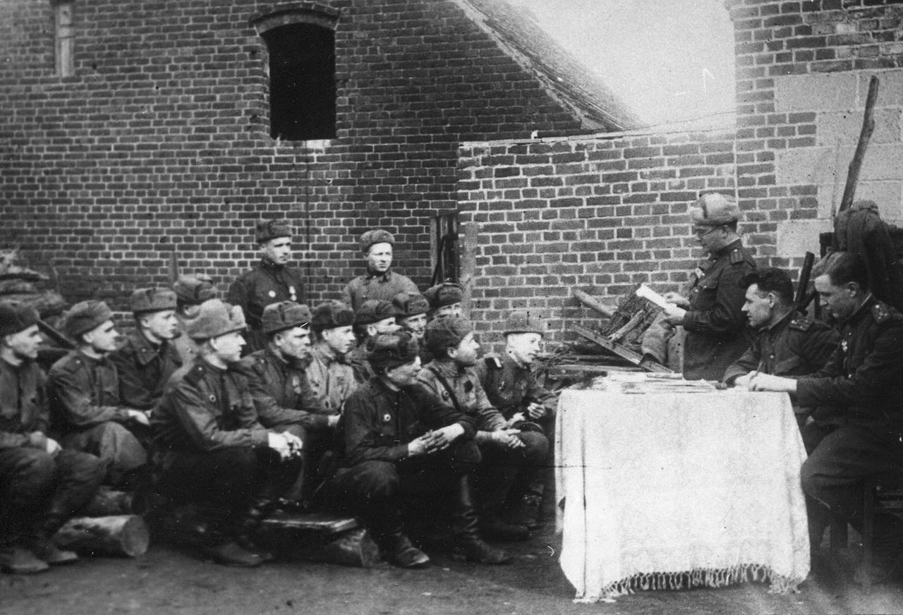 Фронтовое собрание. Германия. Фото 1945 г.