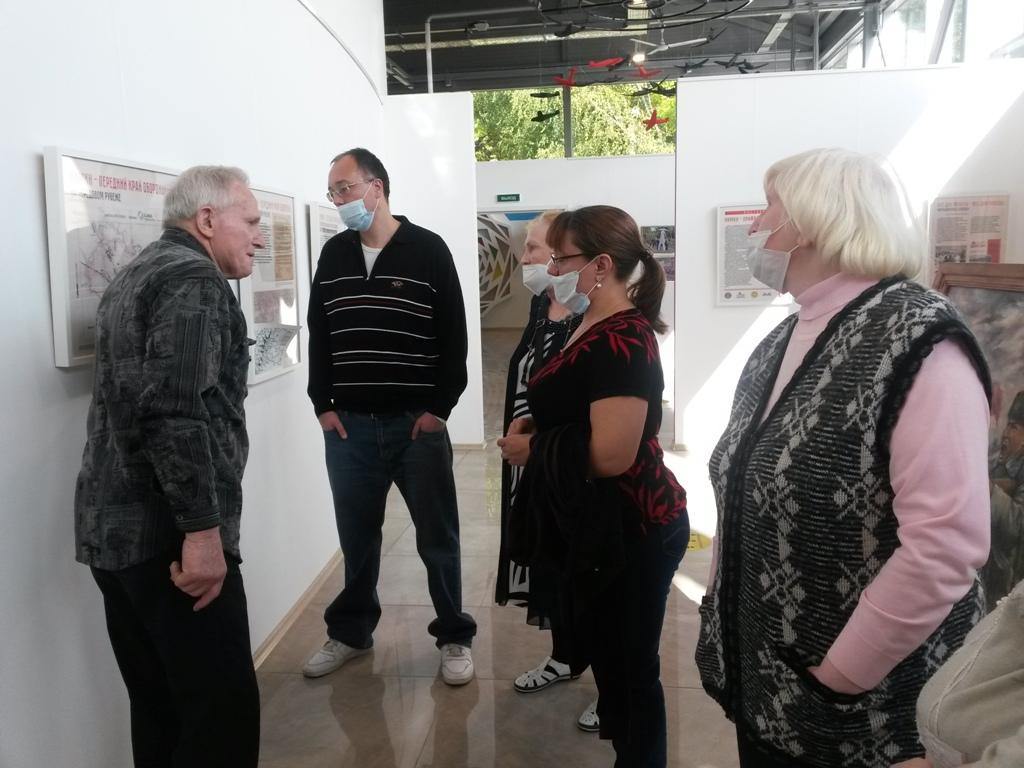 В.В. Чигарев делает пояснения к выставке