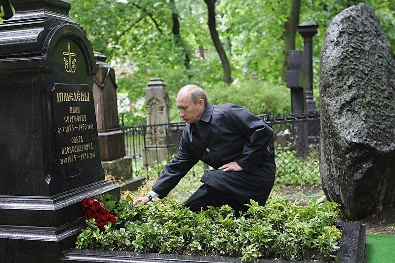 Рис. 6 Президент В.В. Путин на могиле Ивана Сергеевича Шмелёва