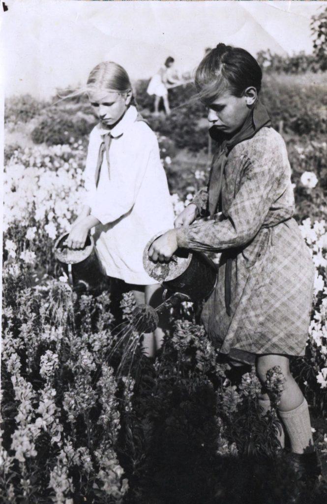 Рис.6. Город Химки. Московская областная станция юных натуралистов. Девочки поливают цветы. Фотография из семейного архива.